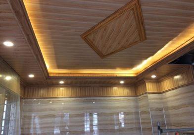 Thợ sửa chữa trần nhựa và thay mới tấm trần nhựa thả thấm nước xập xệ cong vênh và bạc màu do sử dụng lâu